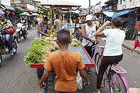 Crianças trabalham na feira para ajudar as famílias