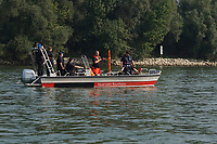 Boot der FFW Raunheim bei der Ausbildung zur Menschenrettung im Rhein mit Ausbilder Oskar Puch (rote Hose) - Ginsheim-Gustavsburg 18.09.2021: Bootsführerausbildung des Katastrophenschutz MTK