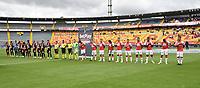 BOGOTA - COLOMBIA, 25-09-2021: Jugadores de Independiente Santa Fe y Envigado F. C. antes de partido de la fecha 11 entre Independiente Santa Fe y Envigado F. C. por la Liga Aguila I 2019, en el estadio Nemesio Camacho El Campin de la ciudad de Bogota. / Players of Independiente Santa Fe and Envigado F. C., before a match of the 11th date between Independiente Santa Fe and Envigado F. C., for the BetPlay DIMAYOR II 2021 League at the Nemesio Camacho El Campin Stadium in Bogota city. / Photo: VizzorImage / Luis Ramirez / Staff.