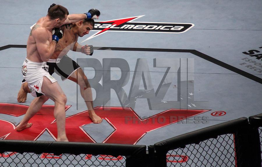 SAO PAULO, SP, 20 DE JANEIRO 2013 - UFC SAO PAULO - Lutadores C.B. Dollaway USA (azul) vs Daniel Sarafian - BRA (vermelho) peso medio pena durante UFC (Ultimate Fighting Champion) no Ginasio do Ibirapuera na madrugada deste domingo na regiao sul da cidade de Sao Paulo. FOTO: VANESSA CARVALHO - BRAZIL PHOTO PRESS.
