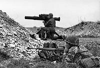 - NATO exercises in Friuli (northern Italy), US Army soldiers and Tow anti-tank missile launcher of Italian Army (September 1981)....- esercitazioni NATO in Friuli (Italia settentrionale), militari dell' US Army e lanciamissili anticarro Tow dell'Esercito Italiano (settembre 1981)