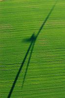 Windkraft:DEUTSCHLAND, Mecklenburg- Vorpommern 27.10.2005:Schatten einer Windkraftanlage auf einm Feld,Luftbild