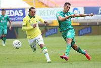 BOGOTA - COLOMBIA, 18-10-2020: Pablo Sabbag de Equidad disputa el balón con Bernaldo Manzano de Bucaramanga durante partido entre La Equidad y Atlético Bucaramanga por la fecha 15 de la Liga BetPlay DIMAYOR I 2020 jugado en el estadio Estadio Metroplitano de Techo de la ciudad de Bogotá. / Pablo Sabbag of Equidad struggles the ball with Bernaldo Manzano of Bucaramanga during match between La Equidad and Atletico Bucaramanga for the date 15 BetPlay DIMAYOR League I 2020 played at Metropolitano de Techo stadium in Bogota city. Photo: VizzorImage / Daniel Garzon / Cont