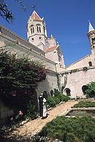 Europe/France/Provence-Alpes-Côte d'Azur/06/Alpes-Maritimes/Env de Cannes/Iles de Lérins/Ile St Honorat: L'abbaye de Lérins reconstruite en 1869 - Le cloître un des seuls éléments médiévaux de l'ensemble