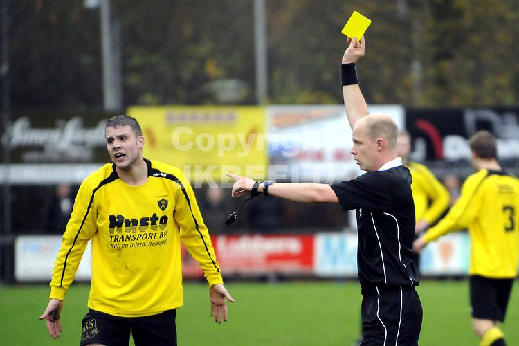 voetbal  wke - alcides seizoen 2009-2010 15-11-2009 arbiter r.a.h.j. schouwen trok moeiteloos veel  geel