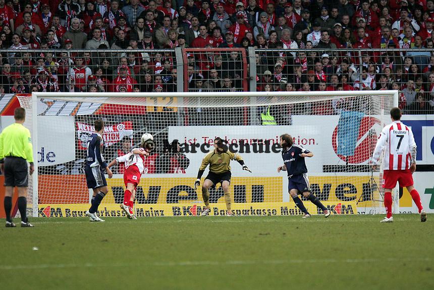 Kopfball Petr Ruman (FSV Mainz 05) auf das Tor von Raphael Sch‰fer (1. FC N¸rnberg)