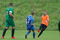 Niklas Strohauer (Erfelden) macht Druck aiuf Dominic Zell (Rüsselsheim), links daneben Ender Kahraman (Rüsselsheim) - Erfelden 29.08.2021: SKG Erfelden gegen DJK SG Eintracht Rüsselsheim, Sportplatz Erfelden