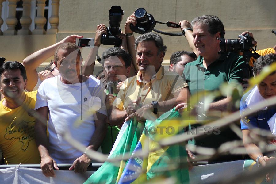 BELO HORIZONTE, MG, 16.08.2015 - PROTESTO-DILMA - O senador Aécio Neves (PSDB) durante ato contra o governo Dilma Rousseff (Partido dos Trabalhadores) na Praça da Liberdade, em Belo Horizonte, Minas Gerais, neste domingo, 16. (Foto: Doug Patricio / Brazil Photo Press).