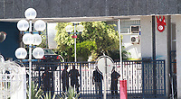 Une photo prise le 25 juillet 2019 montre des policiers tunisiens rassemblés devant l'hôpital militaire de Tunis à la suite du décès du président Béji Caïd Essebsi.