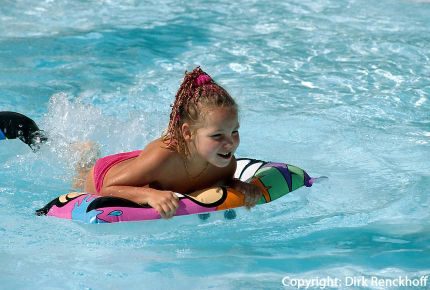 Spanien, Kanarische Inseln, Lanzarote, in Playa Blanca, Kind im Pool