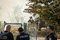 Brand eines Schuppen auf einem Bahnglaende in Berlin-Pankow. Aus ungeklaerter Ursache brannte ein Schuppen auf einem Bahngelaende in der Dolomitenstrasse im Bezirk Pankow voellig nieder. Der Schuppen stand seit mehreren Jahren leer und sollte abgerissen werden.<br /> Der Rauch war ueber viele Kilometer weit ueber die Stadt zu sehen. Die Feuerwehr war mit mehreren 7 Loeschfahrzeugen ca. 60 Einsatzkraeften im Einsatz.<br /> 18.9.2020, Berlin<br /> Copyright: Christian-Ditsch.de