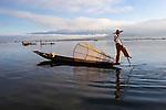 Myanmar, (Burma), Shan State, Inle Lake: Intha leg-rower fisherman on Lake Inle | Myanmar (Birma), Shan Staat, Inle See: Einbein-Ruderer des Intha Volksstammes auf dem Inle-See