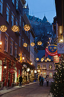 Amérique/Amérique du Nord/Canada/Québec/ Québec:  Rue sous le Fort  dans le Quartier Petit-Champlain,  dominée par le Château Frontenac