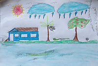 Estudantes na comunidade de Nazarezinho mostram os trabalhos feitos na escola.<br /> Igarapé Miri, Pará, Brasil.<br /> Foto Paulo Santos<br /> 09/01/2010