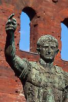 Italien, Piemont, Caesarenstandbild vor der Porta Palatina in Turin (Torino)