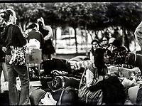 Angela Enriquez y estudiantes de Comunicacion esperan el camion en la plaza Emiliana de zubeldia.<br /> <br /> Viaje a San Bernado durante el trabajo de campo del  taller de Radio Pueblo. Ciencias de la Comunicacion de la Unison