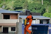 Rio de Janeiro (RJ), 12/04/2019 - Desabamento / Muzema / Rio de Janeiro - Bombeiros carregam vítima retirada dos escombros de dois prédios que desabaram na comunidade da Muzema, na zona oeste do Rio de Janeiro, na manhã desta sexta-feira, 12 de abril de 2019. Até o momento, duas pessoas morreram e três foram resgatadas com ferimentos. A região é uma área sob o domínio de milícias - grupos paramilitares formados por PMs, militares, agentes penitenciários e civis, que exploram ilegalmente vários negócios. Um dos mais conhecidos seria o da construção irregular. A Prefeitura do Rio confirmou que os prédios que desabaram são irregulares e estavam interditados desde novembro de 2018. (Foto: Vanessa Ataliba/Brazil Photo Press)