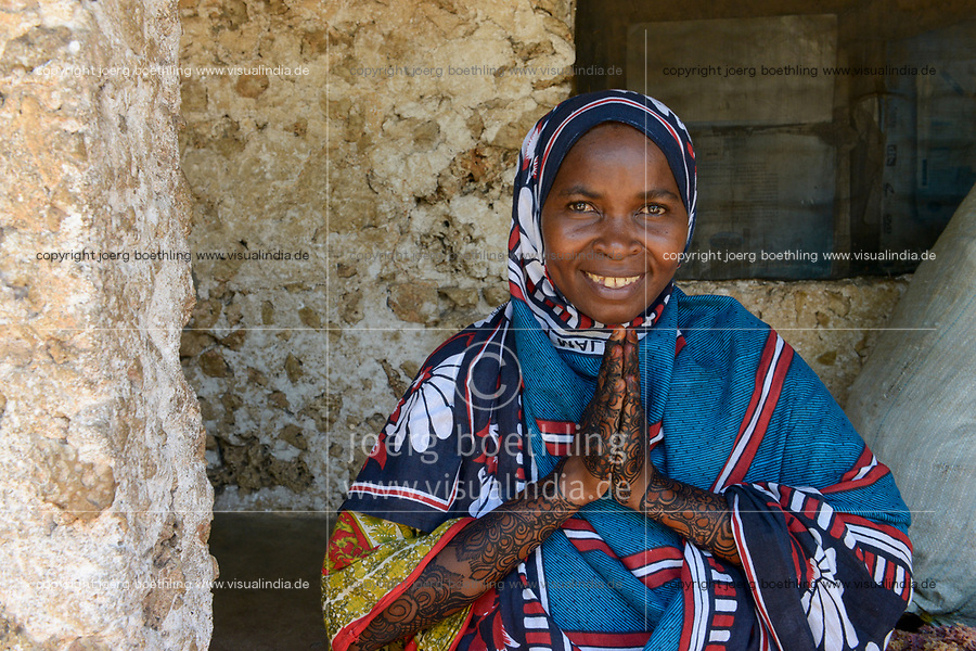 TANZANIA, Zanzibar, beautiful woman with Henna hand painting / schoene Frau mit Henna Handbemalung