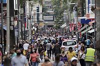 Campinas (SP), 17/12/2020 - Cidades - Movimentacao na rua 13 de Maio, no centro da cidade de Campinas (SP), nesta quinta-feira (17). Campinas totalizava ate ontem 46.531 casos de contaminacao, sendo que 1.419 vieram a obito. (Foto: Denny Cesare/Codigo 19/Codigo 19)