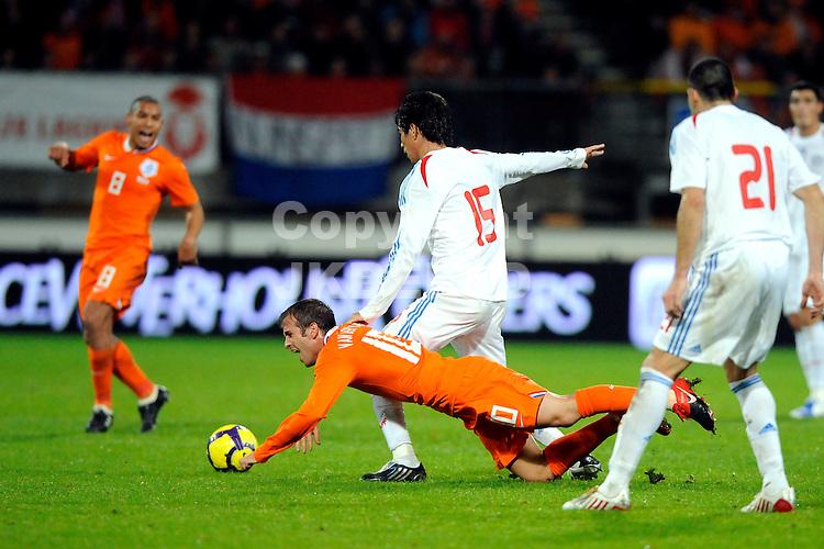 voetbal  abe lenstra stadion heerenveen oefeninterland nederland - paraguay 18-11-2009 van der vaart gevloerd door centurion