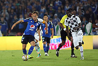 BOGOTA- COLOMBIA. 29-03-2015: Federico Insua (Izq) jugador de Millonarios disputa el balón con Misael Riascos (Der) jugador de Boyacá Chicó FC durante partido por la fecha 12 de la Liga Águila I 2015 jugado en el estadio Nemesio Camacho El Campín de la ciudad de Bogotá./ Federico Insua (L) player of Millonarios fights for the ball with Misael Riascos (R) player of Boyaca Chico FC during the match for the 12th date of the Aguila League I 2015 played at Nemesio Camacho El Campin stadium in Bogotá city . Photo: VizzorImage / Nestor Silva / Str
