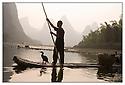 Chine<br /> Port de Xingping, pêcheur au cormoran.