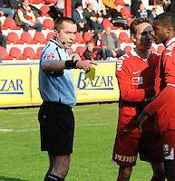 KV Kortrijk - SV Zulte-Waregem..scheidsrechter Stephane Breda geeft Ibou de rode kaart..foto VDB / BART VANDENBROUCKE