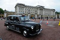 LONDRES-UK-25-05-2013. Un taxi cruza en frente del Palacio de  Buckingham, Londes. A taxi cross in front of the Buckingham Palace, London. Photo: VizzorImage