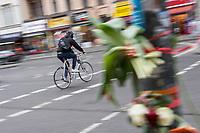 1. im Strassenverkehr getoetete Radfahrerin in 2018.<br /> Am Dienstag den 23. Januar 2018 wurde auf dem Kaiser-Wilhelm-Platz in Berlin-Schoeneberg eine 52-jaehrige Frau von einem rechts abbiegenden Lastwagen ueberfahren. Sie starb noch an der Unfallstelle.<br /> Im Bild: Radfahrer auf der gefaehrlichen Kreuzung. Rechts im Bild: Menschen haben Blumen an der Ampel angebracht, an welcher der toedliche Unfall passiert ist.<br /> 24.1.2018, Berlin<br /> Copyright: Christian-Ditsch.de<br /> [Inhaltsveraendernde Manipulation des Fotos nur nach ausdruecklicher Genehmigung des Fotografen. Vereinbarungen ueber Abtretung von Persoenlichkeitsrechten/Model Release der abgebildeten Person/Personen liegen nicht vor. NO MODEL RELEASE! Nur fuer Redaktionelle Zwecke. Don't publish without copyright Christian-Ditsch.de, Veroeffentlichung nur mit Fotografennennung, sowie gegen Honorar, MwSt. und Beleg. Konto: I N G - D i B a, IBAN DE58500105175400192269, BIC INGDDEFFXXX, Kontakt: post@christian-ditsch.de<br /> Bei der Bearbeitung der Dateiinformationen darf die Urheberkennzeichnung in den EXIF- und  IPTC-Daten nicht entfernt werden, diese sind in digitalen Medien nach §95c UrhG rechtlich geschuetzt. Der Urhebervermerk wird gemaess §13 UrhG verlangt.]