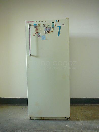 Tout le monde peut utiliser le frigo dans le couloir.