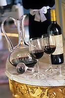 Europe/France/Aquitaine/33/Gironde/Haut-Médoc: Réception au chateau - Service des vins passage en carafe