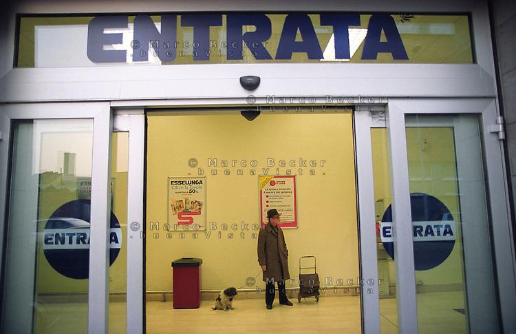 "milano, quartiere rubattino - lambrate, periferia est. supermercato esselunga --- milan, rubattino - lambrate district, east periphery. ""esselunga"" supermarket"