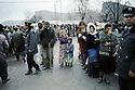 Turquie 1991.Les réfugiés kurdes sur la frontière attendant une distribution de nourriture.Turkey 19991.Kurdish refugees on the border waiting for food