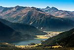Schweiz, Graubuenden, Davos: Paragliding ueber dem Davosersee in den Schweizer Alpen | Switzerland, Graubuenden, Davos: paragliding above Davos Lake at Swiss Alps