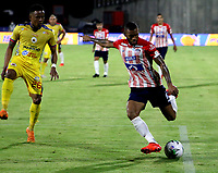 BARRANQUILLA-COLOMBIA, 07-10-2020: Fredy Hinestroza de Atletico Junior y Jhon Pajoy de Deportivo Pasto disputan el balon, durante partido entre Atletico Junior y Deportivo Pasto, de la fecha 12 por la Liga BetPlay DIMAYOR 2020-I jugado en el estadio Romelio Martinez de la ciudad de Barranquilla. / Fredy Hinestroza of Atletico Junior and Jhon Pajoy of Deportivo Pasto battle for the ball, during a match between Atletico Junior and Deportivo Pasto of the 12th date for the BetPlay DIMAYOR Leguaje 2020-I played at the Romelio Martinez Stadium in Barranquilla city. / Photo: VizzorImage / Jairo Cassiani / Cont.