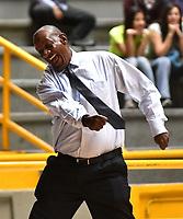 BOGOTA – COLOMBIA - 21 – 05 - 2017: Plinio Rosero,  entrenador de Cimarrones de Choco, da instrucciones a los jugadores durante partido entre Piratas de Bogota y Cimarrones de Choco por la fecha 2 de Liga  Profesional de Baloncesto Colombiano 2017 en partido jugado en el Coliseo El Salitre de la ciudad de Bogota. / Cesar Cassiani coach of Cimarrones de Choco, gives instructions to the  players of Cimarrones de Choco, during a match between Piratas of Bogota and Cimarrones of Choco, of the date 2 for La Liga  Profesional de Baloncesto Colombiano 2017, game at the El Salitre Coliseum in Bogota City. Photo: VizzorImage / Luis Ramirez / Staff.