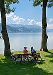 Austria, Upper Austria, Salzkammergut, near Seewalchen at Lake Attersee: resting at lakeside | Oesterreich, Oberoesterreich, Salzkammergut, bei Seewalchen am Attersee: Rast am Seeufer