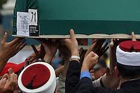 Srebrenica / Republika Srpska 2010.<br /> Memoriale di Potocari. Tumulazione delle vittime del massacro operato dalle truppe serbo bosniache l'11 luglio 1995.<br /> Potocari Memorial. Burial of the victims of the massacre perpetrated by Bosnian Serb troops on July 11, 1995.<br /> Photo Livio Senigalliesi