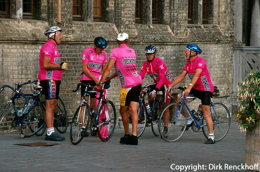 Belgien, Flandern, Radler vor dem Rathaus in Veurne