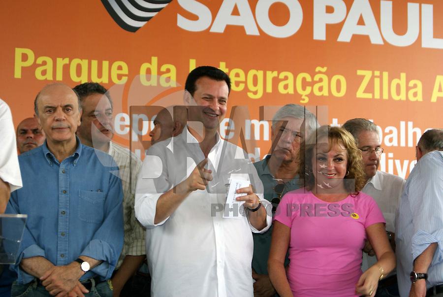 SÃO PAULO, SP, 16 DE JANEIRO DE 2010 - GOVERNO DE SP INAUGURA PARQUE DA INTEGRAÇÃO ZILDA ARNS - O  Governo  do  Estado  e  a Prefeitura de São Paulo inaugurarão neste sábado, o Parque da Integração Zilda Arns. Localizado entre os bairros  de  Sapopemba  e  São  Mateus, zona leste da cidade, o espaço fica sobre  uma  área  linear  onde estão aterradas as tubulações da Adutora Rio Claro,  da  Sabesp, que abastece 1,4 milhão de pessoas e tem 77 quilômetros de  extensão,  dos  quais  22  no  município de São Paulo. É o quarto maior parque  linear  do mundo e o 10º maior da capital, com 7,5 km de extensão e 224 mil m². Presentes o prefeito Gilberto Kassab o governador José Serra, além do subprefeito de Vila Prudente Wilson Pedroso além de secretários municipais. (FOTO: VANESSA CARVALHO / BRAZIL PHOTO PRESS).