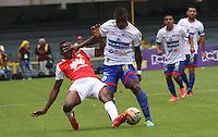 BOGOTÁ -COLOMBIA-17-ABRIL-2016.Dairon Mosquera (Izq.) de Independiente Santa Fe   disputa el balón con Jose Leudo (Der,) de Pasto durante partido por la fecha 13 de Liga Águila I 2016 jugado en el estadio Nemesio Camacho El Campin de Bogotá./ Dairon Mosquera (L) of Independiente Santa Fe fights for the ball with Jose Leudo (R) of Pasto during the match for the date 13 of the Aguila League I 2016 played at Nemesio Camacho El Campin stadium in Bogota. Photo: VizzorImage / Felipe Caicedo / Staff
