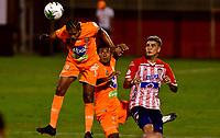 ENVIGADO - COLOMBIA, 26-09-2020: Jairo Palomino de Envigado F. C. y Michael Rangel de Atletico Junior disputan el balón, durante partido entre Envigado F. C. y Atletico Junior  de la fecha 10 por la Liga BetPlay DIMAYOR I 2020, en el estadio Polideportivo Sur de la ciudad de Envigado. / Jairo Palomino of Envigado F. C. and Michael Rangel of Atletico Junior fight for the ball, during a match between Envigado F. C. and Atletico Junior of 10th date for the BetPlay DIMAYOR Leguaje I 2020 at the Polideportivo Sur stadium in Envigado city. Photo: VizzorImage / Luis Benavides / Cont.