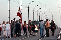 LETTLAND, 23.08.1991.Riga.Zwei Tage nach dem Scheitern des Anti-Gorbatschow-Putsches und der Ausrufung der Unabhaengigkeit nehmen die Menschen an der baltischen Feuerkette teil, hier auf der Akmene-Bruecke. Es ist der Jahrestag des Hitler-Stalin-Paktes von 1939, der das Baltikum der Sowjetunion auslieferte..Two days after the collapse of the anti-Gorbachev-coup and the decleration of indepence, people take part in the Baltic fire chain, here on Akmene bridge. It is the anniversary day of the Ribbentrop-Molotov-pact from 1939, which delivered the Baltic countries to the Soviet Union..© Martin Fejer/EST&OST