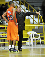 BOGOTA - COLOMBIA: 28-03-2014: Carlos Parra (Der.), tecnico de Bucaros Freskaleche, da instrucciones a Ralphy Holmes (Izq.) jugador durante partido entre Piratas de Bogota y Bucaros Freskaleche de Bucaramanga por la fecha 6 de la Liga Directv Profesional de Baloncesto I en partido jugado en el Coliseo El Salitre de la ciudad de Bogota.   / Carlos Parra (R), coach of Bucaros Freskaleche, gives instructions to Ralphy Holmes (L) player, during a match betweeen Piratas of Bogota and Bucaros Freskaleche of Bucaramanga for the date 6 of of la Liga Directv Profesional de Baloncesto I, game at the El Salitre Coliseum in Bogota City. Photo: VizzorImage / Luis Ramirez / Staff.