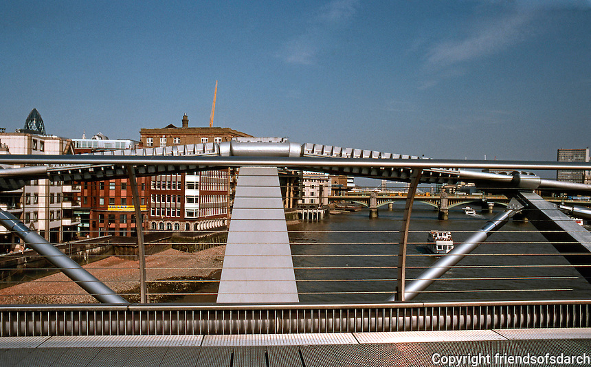 London: Millenium Bridge. Norman Foster and Anthony Caro, 1999-2002.