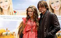 "L'attrice statunitense Miley Cyrus, a sinistra, e suo padre, l'attore Billy Ray Cyrus, posano durante un photocall per la presentazione del film ""Hannah Montana: The movie"" a Roma, 20 aprile 2009..U.S. actress Miley Cyrus, left, and her father, actor Billy Ray Cyrus, pose during a photocall for the presentation of the movie ""Hannah Montana: The movie"" in Rome, 20 april 2009..UPDATE IMAGES PRESS/Riccardo De Luca"