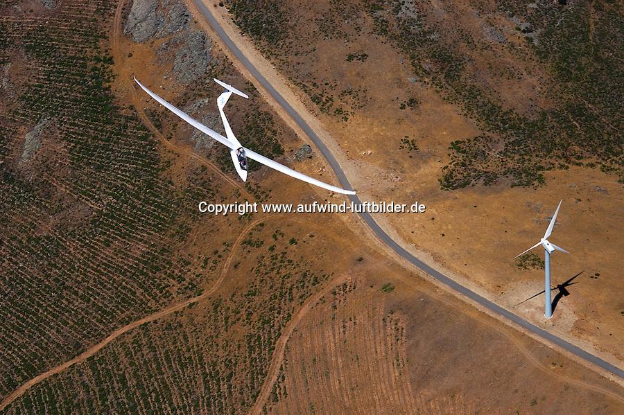 4415/Windkraft:SPANIEN, SEGOVIA, 25.07.2003: Windkraft, Thermische Kraft, Aufwind, Windkraftwerk und Segelflugzeug in Spanien,