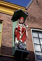 Nederland  Haarlem - 2020.  Binnenstad Haarlem. Beeld van St. Servaas aan een gevel.    Foto : ANP/ HH / Berlinda van Dam