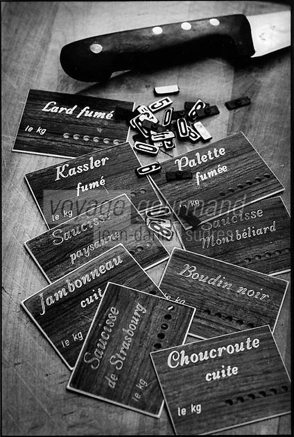 urope/France/Alsace/67/Bas-Rhin/ Strasbourg: Etiquettes des ingrédients de la choucroute alsacienne chez   Mr Muller, charcutier
