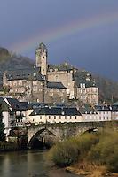 Europe/France/Auvergne/12/Aveyron/Estaing: Le village, le Château de Hauterive (XVeme) et le Lot